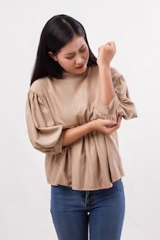 Donna che soffre di dolori alle articolazioni del gomito, artrite reumatoide o gotta