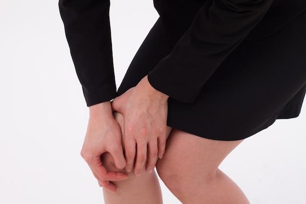 La donna soffre di dolori alle articolazioni del ginocchio