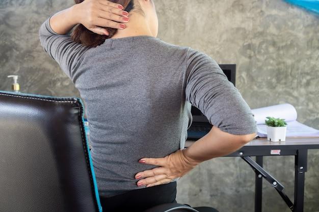 Donna che soffre di dolori lombari