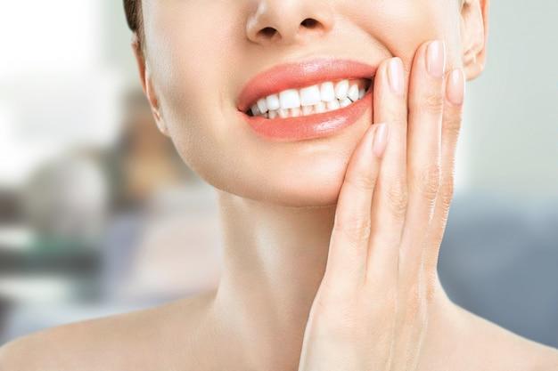 Donna che soffre di mal di denti