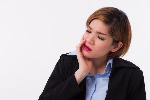 La donna che soffre di mal di denti