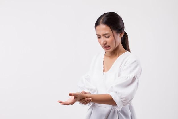 Donna che soffre di dito a scatto, cps, dolori articolari del polso, artrite, gotta