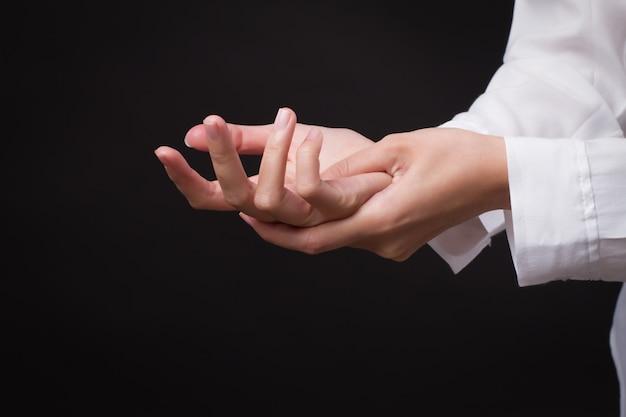 Donna che soffre di dito a scatto, dolore all'articolazione del polso, artrite, gotta