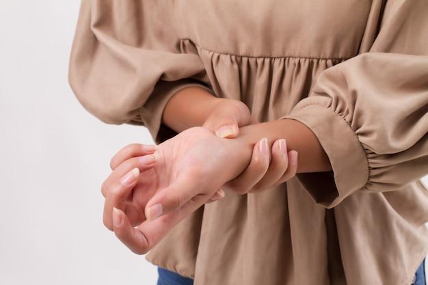 La donna soffre di dolori articolari del polso, artrite, gotta