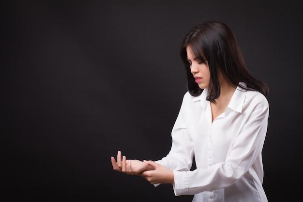 Donna che soffre di dolori alle articolazioni del polso, artrite, gotta