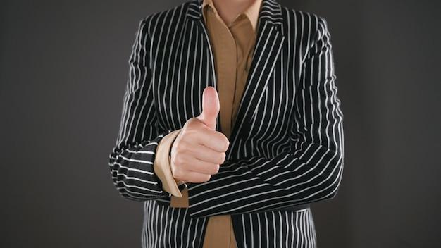 La donna in giacca e cravatta dà il suo consenso