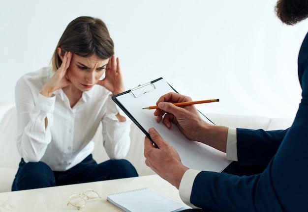Donna in giacca e cravatta e uomo con documenti dipendenti di finanza aziendale.