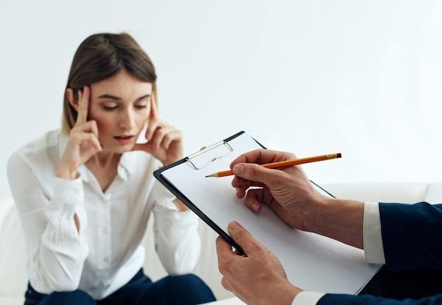 Donna in giacca e cravatta e uomo con documenti dipendenti di finanza aziendale