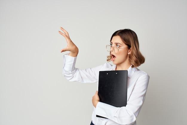 Donna in tuta con documenti in posa studio di lavoro in mano