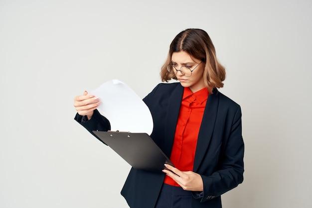 Donna in tuta con documenti lavoro di segreteria del responsabile dell'ufficio