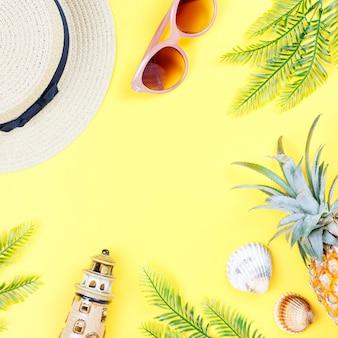 Accessori estivi donna su sfondo giallo