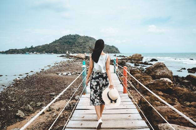 L'estate della donna si rilassa la vacanza