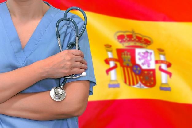 Chirurgo o medico della donna con lo stetoscopio
