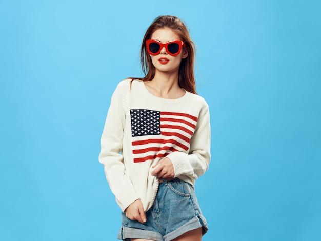 Donna in maglione con l'immagine della bandiera dell'america. giorno della bandiera americana e paese indipendente