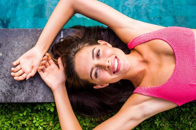 Donna in una piscina a bali