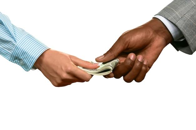 La donna prende il suo stipendio. economia sommersa. un investimento giusto il denaro è la migliore motivazione.