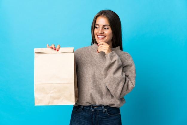 Donna che cattura un sacchetto di cibo da asporto isolato
