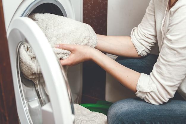 Donna che cattura biancheria pulita dalla lavatrice