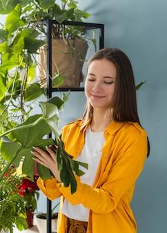 Donna che si prende cura delle sue piante da appartamento