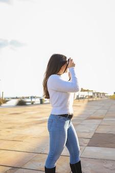 Donna che scatta una foto con una macchina fotografica
