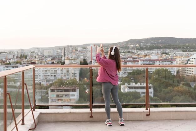 Donna che cattura foto del cielo
