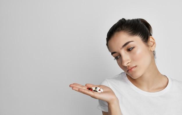 Donna che cattura luce fredda di problemi di salute delle pillole.