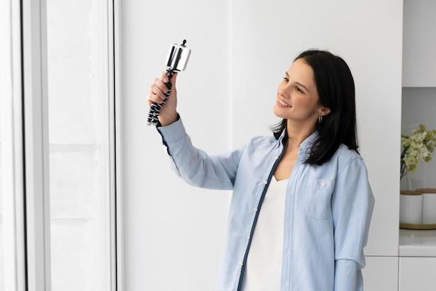 Donna che si fa un selfie con il telefono