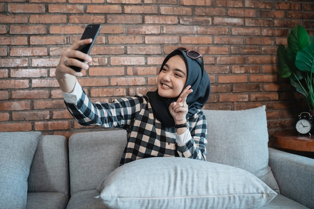 Donna che prende un selfie