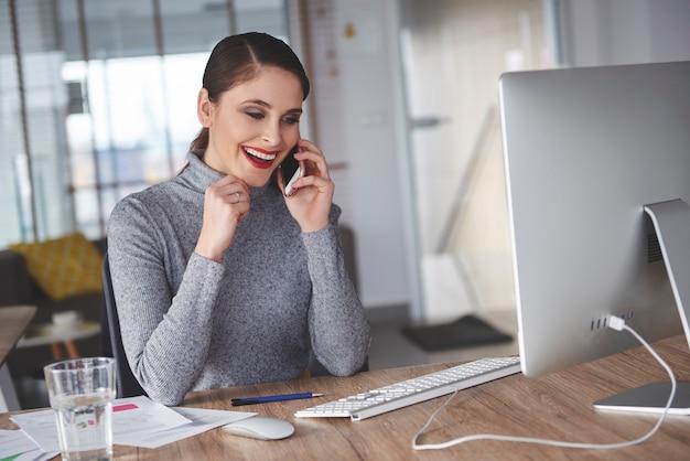 Donna che parla al telefono con il cliente