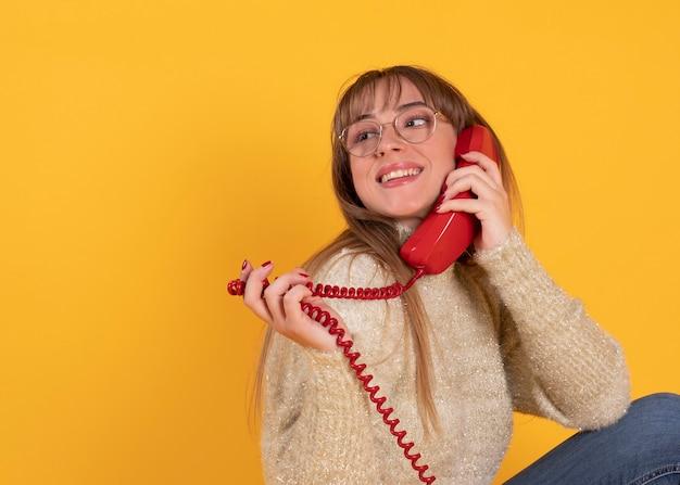 Donna che parla sul vecchio telefono