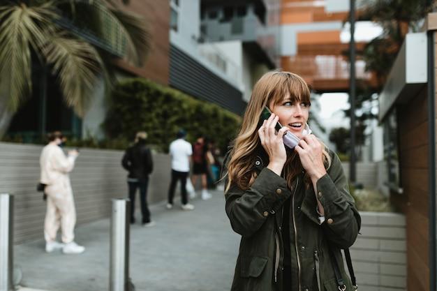 Donna che parla al telefono durante l'epidemia di coronavirus