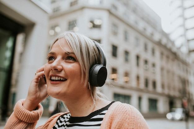 Donna che parla al telefono a londra