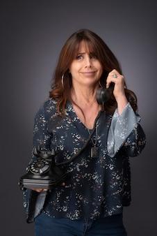 Donna che parla al telefono