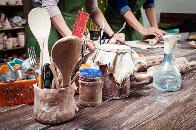 La donna insegna ceramica