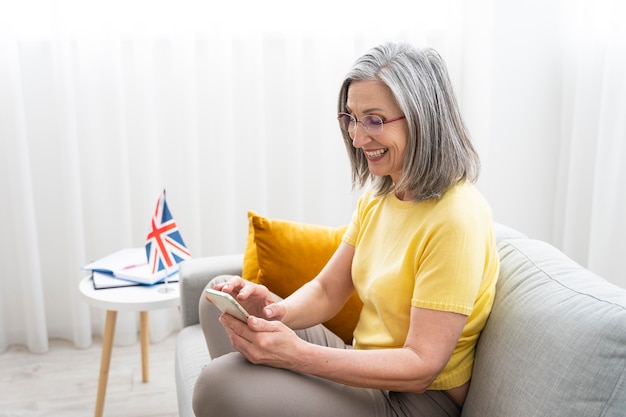 Donna che insegna lezioni di inglese online a casa