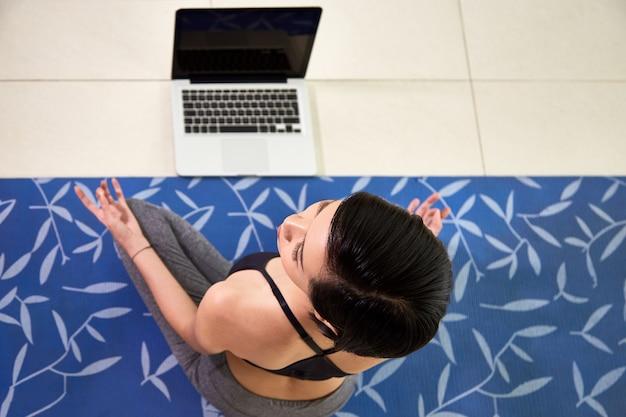 Donna che insegna yoga in linea