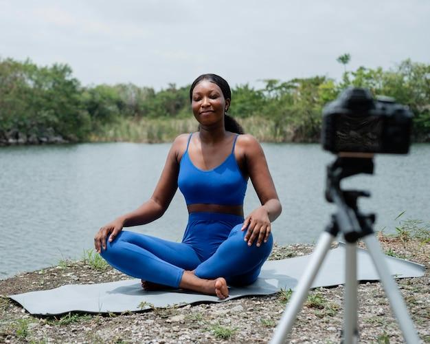Donna che insegna una posa di yoga