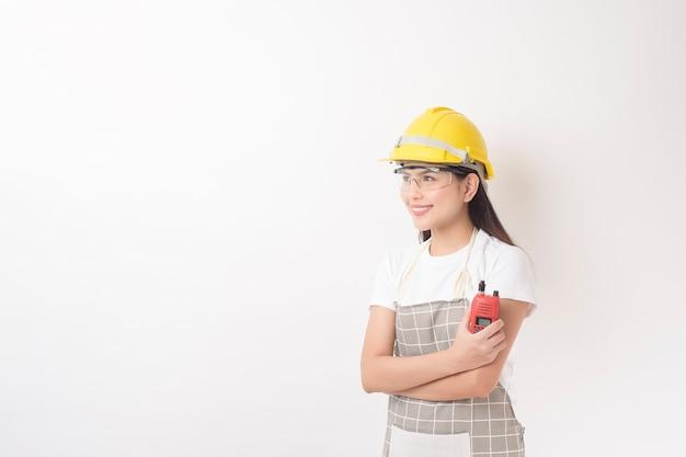 Ritratto del tecnico della donna su priorità bassa bianca