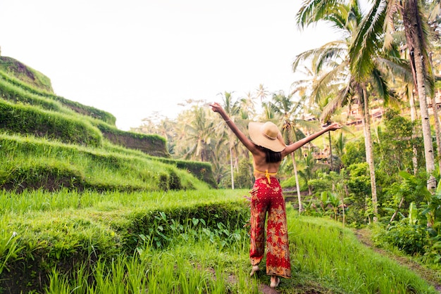 Donna alla terrazza del riso tegalalang a bali