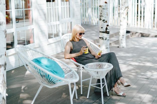 Donna che scrive un messaggio online al cellulare