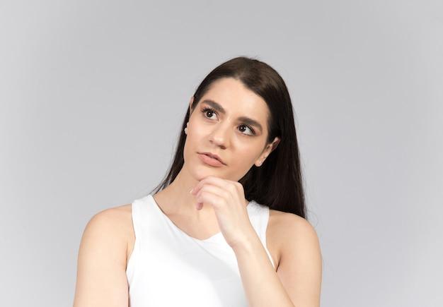 Donna che pensa isolata sul muro