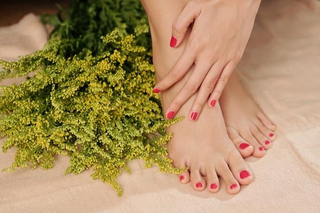 Donna che tocca i suoi piedi morbidi e teneri