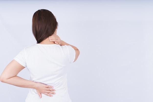 Donna che tocca il collo e il dolore lombare
