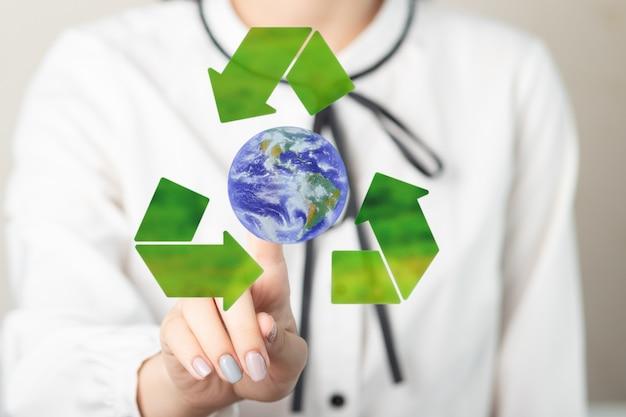 Donna che tocca riciclare l'icona eco