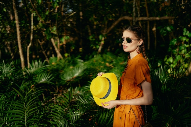 Turista della donna sull'isola foglie verdi viaggi nella giungla