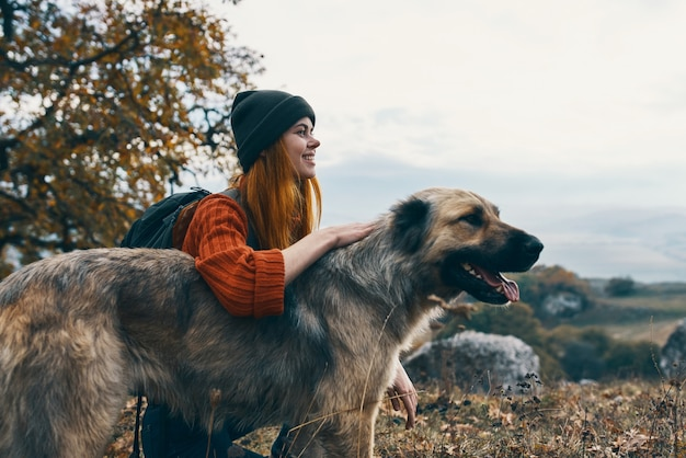 Turista della donna che gioca con il cane all'aperto divertente viaggio amicizia. foto di alta qualità