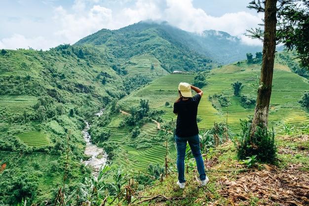 Turista scatta una foto con la macchina fotografica con vista sul campo di riso terrazzato