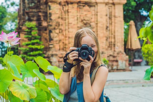 Turista della donna in vietnam po nagar cham tovers asia