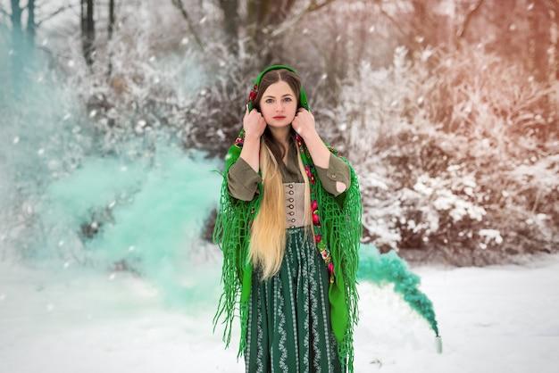 Donna in abiti tradizionali in posa all'aperto nel parco