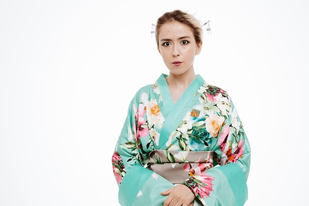Donna in kimono tradizionale giapponese sorpresa e preoccupata per il bianco